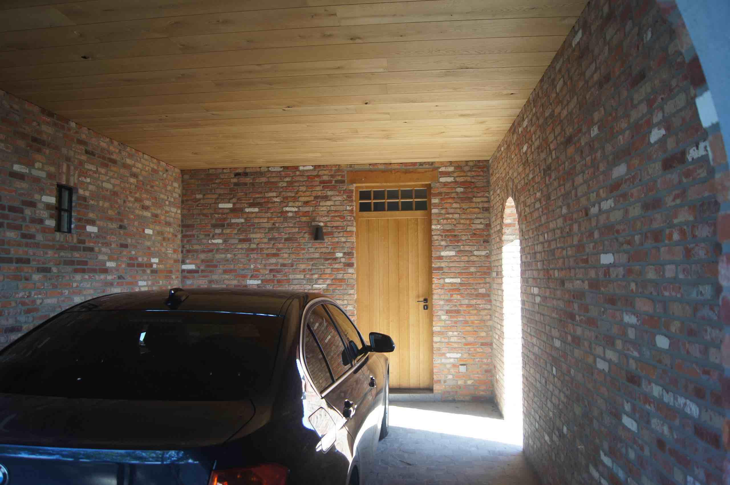 Plafond garage in eiken kasteelplanken afgewerkt